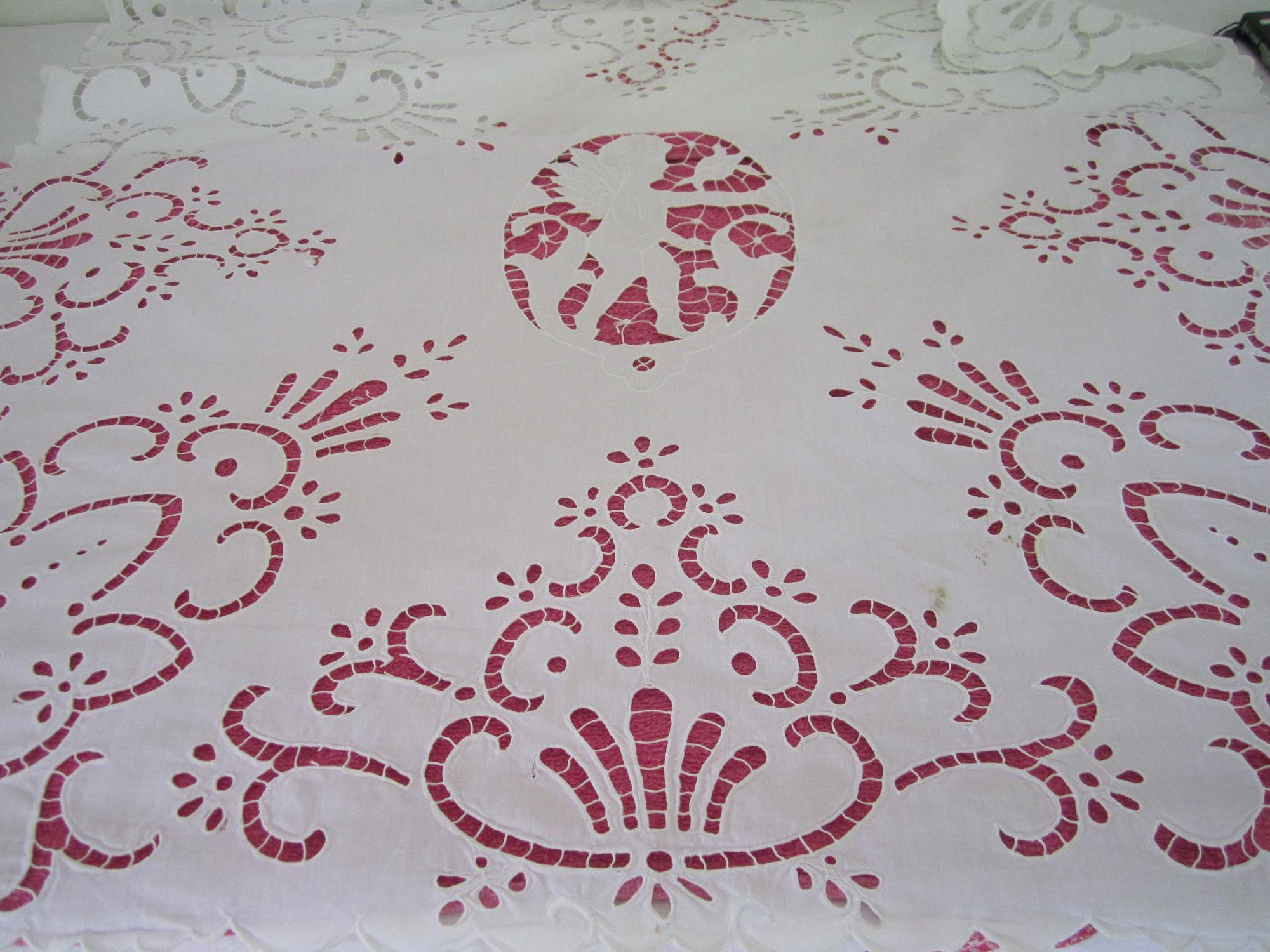 9def6571e9 Satírozott fonallal, hamis laposöltéssel készült, rózsás mintájú terítő